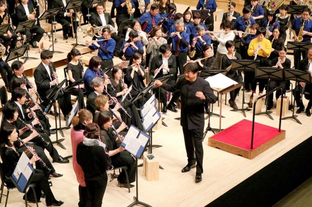 市民吹奏楽団員や一般客を招き入れ演奏会を締めくくる佐渡さん