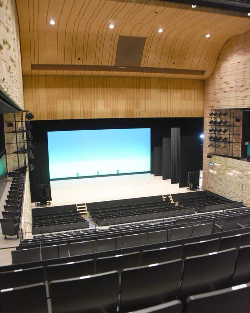 838席のホールA。1階は可動席で、平土間の大きなイベントスペースになる