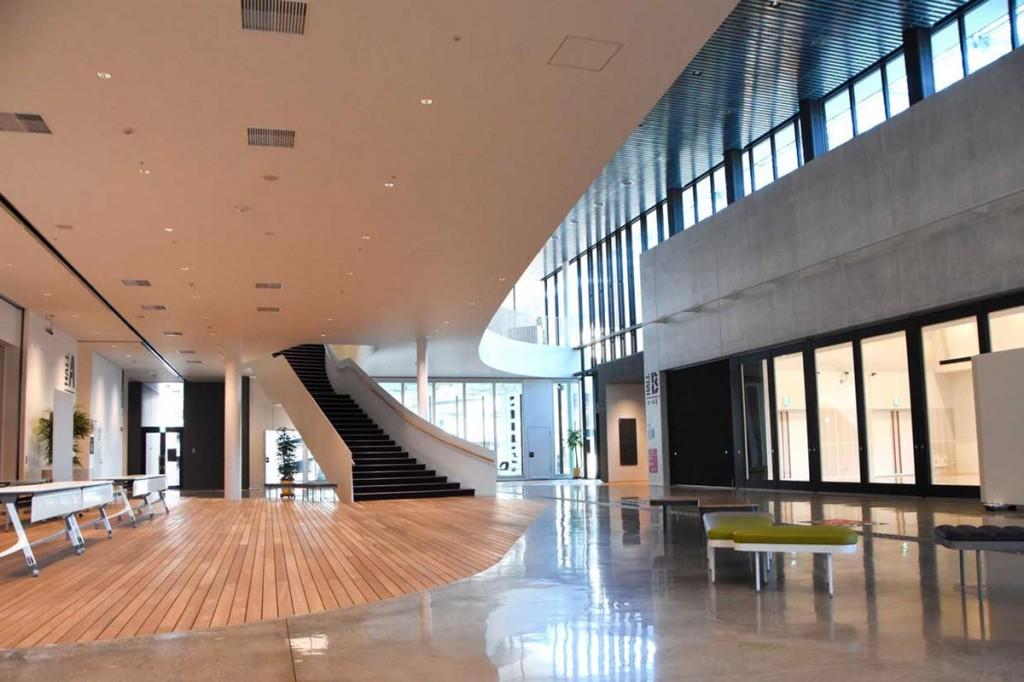 共通ロビーに面するホールB(右側)は屋根のある広場とつながり、一体的な空間として利用できる