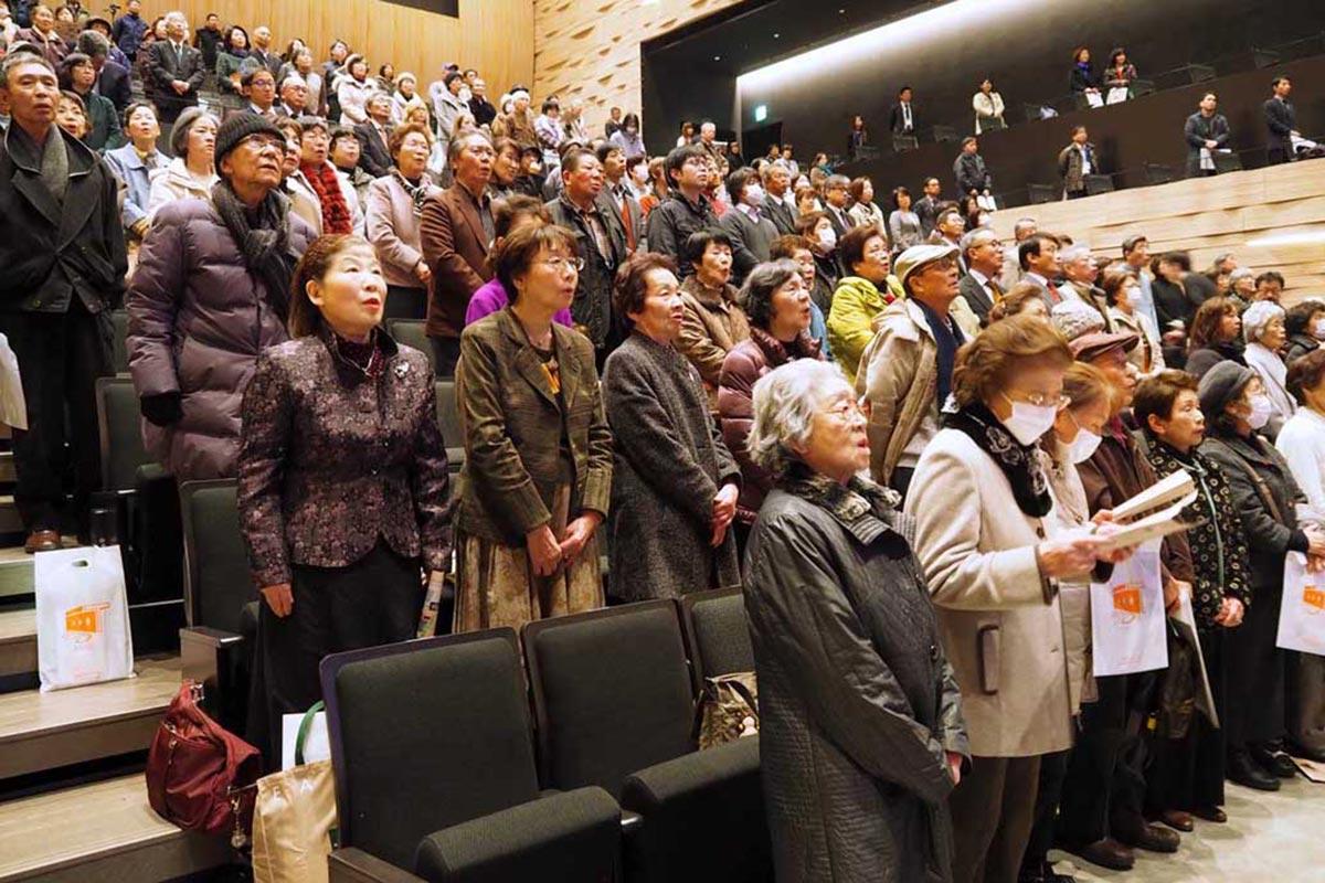 市民歌斉唱で新たな文化芸術拠点の門出を祝った