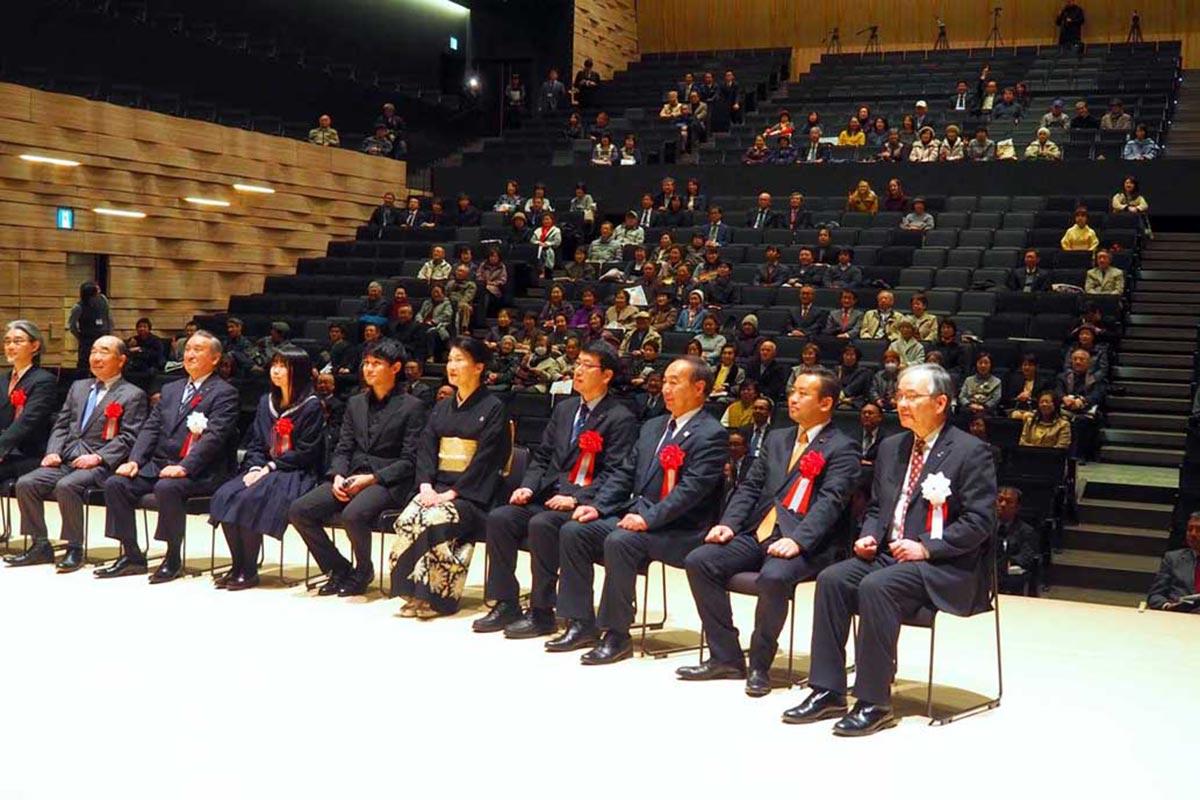 830人を収容できる「ホールA」で記念式典が行われた