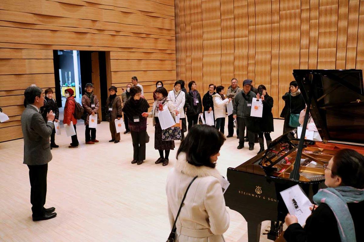 ホールA(音楽ホール仕様)の舞台に上がり、全体を見渡す参加者ら