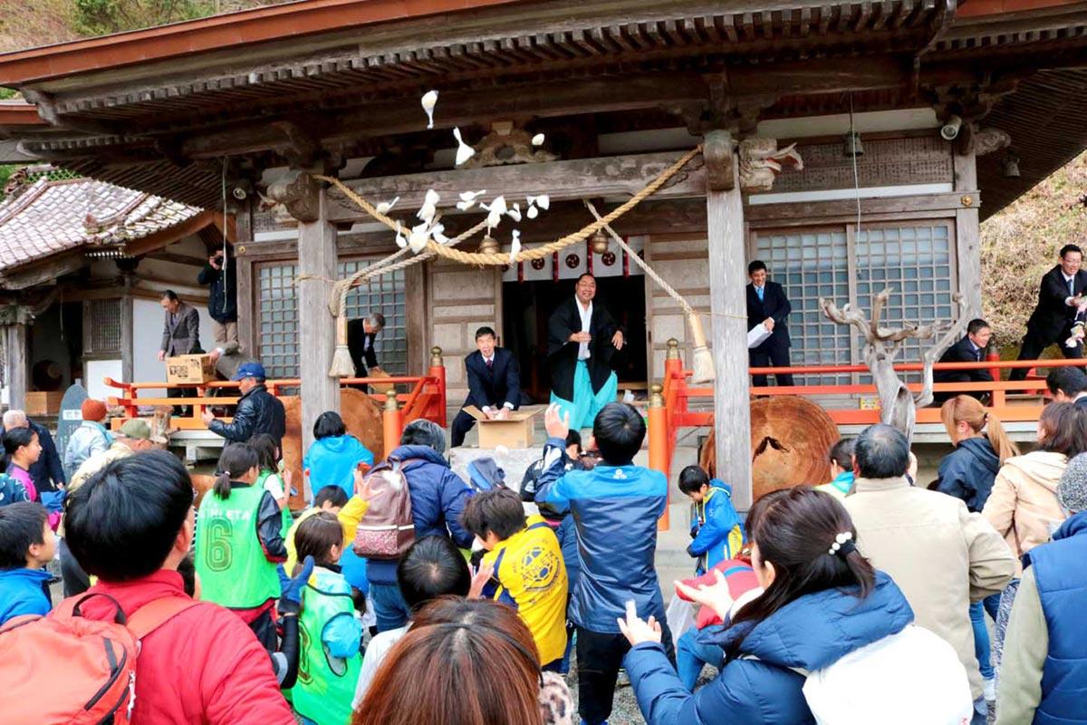 鳥居の完成を盛大に祝った餅まき=鵜住神社境内