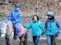 黍原さん夫妻のサポートで乗馬を楽しむ