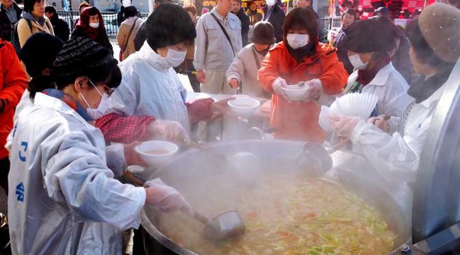 県内外の特産品が集まった冬の味覚まつり。サケつみれ汁のお振る舞いには長蛇の列ができた
