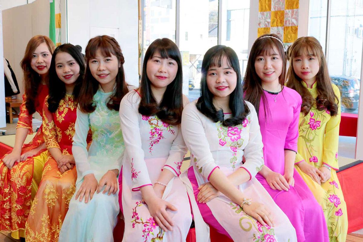 津田商店で働くベトナム人研修生は母国の民族衣装で出席