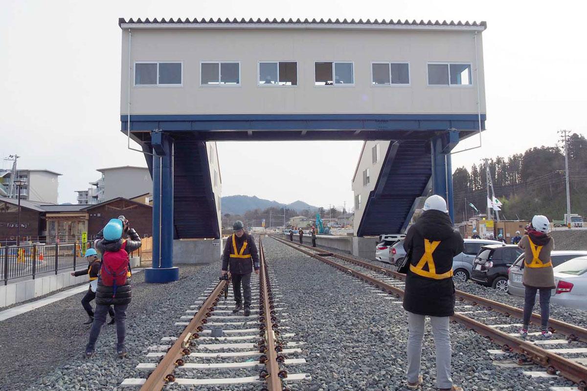 ホームを結ぶ跨(こ)線橋も再建された