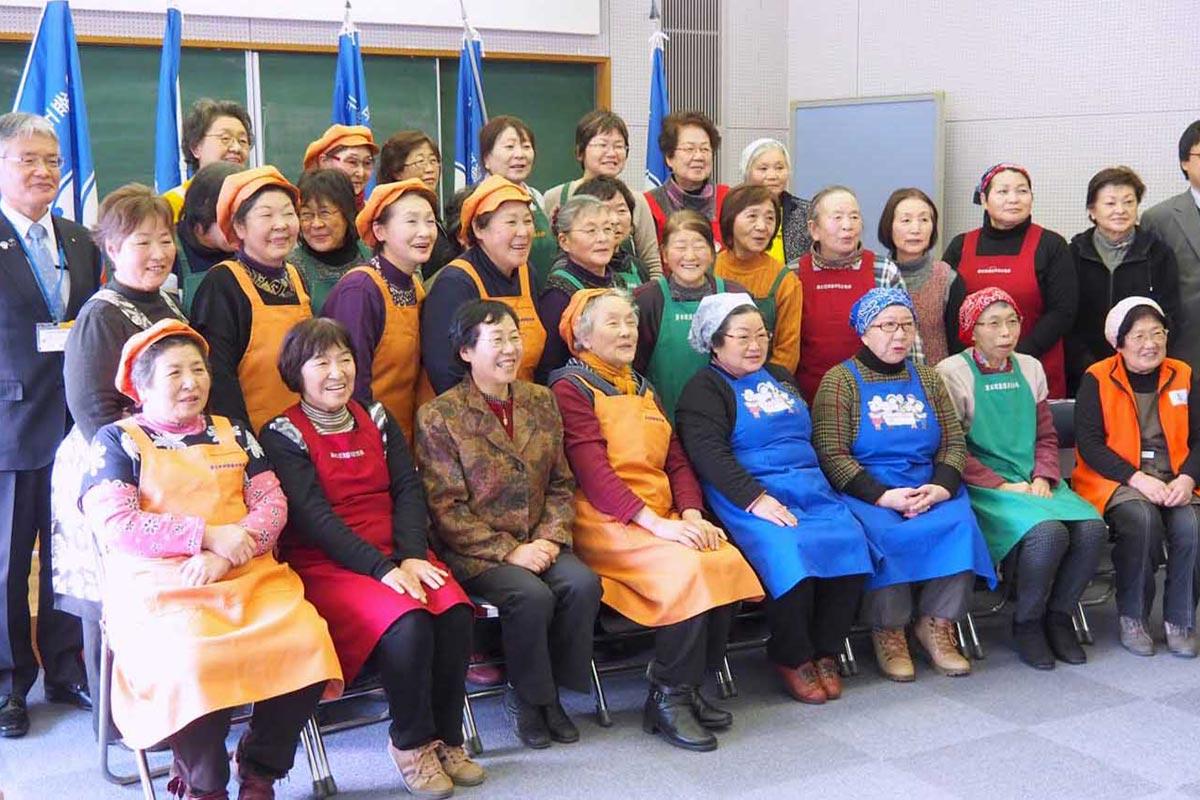 浜料理を通じた交流を楽しみ、笑顔を見せる漁協女性部のメンバー