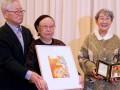 第21回女性文化賞を受賞した千田ハルさん(中)。贈呈した米田佐代子さん(右)と