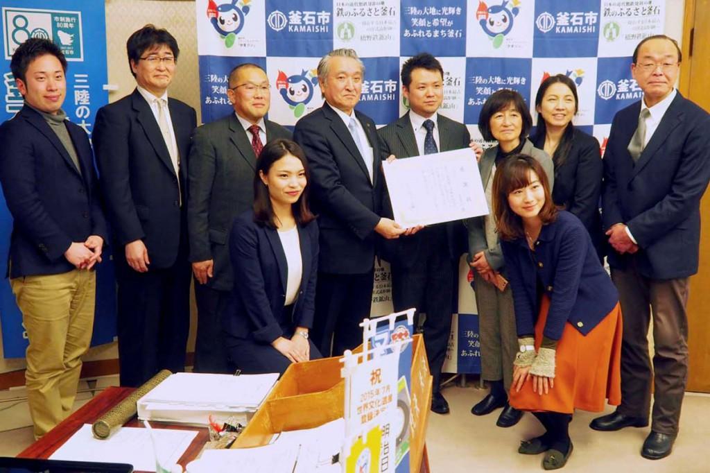 取り組みの成果を野田市長に報告した日本IBMと釜援隊の関係者