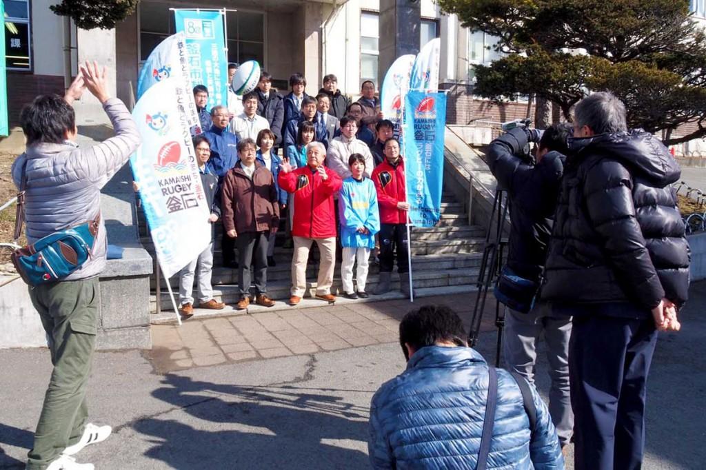 釜石市役所本庁舎前で、下松市の映画のラストシーンを演じる釜石市民