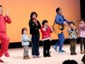 「なんでだろう〜」の踊りで子どもたちと共演する「テツandトモ」