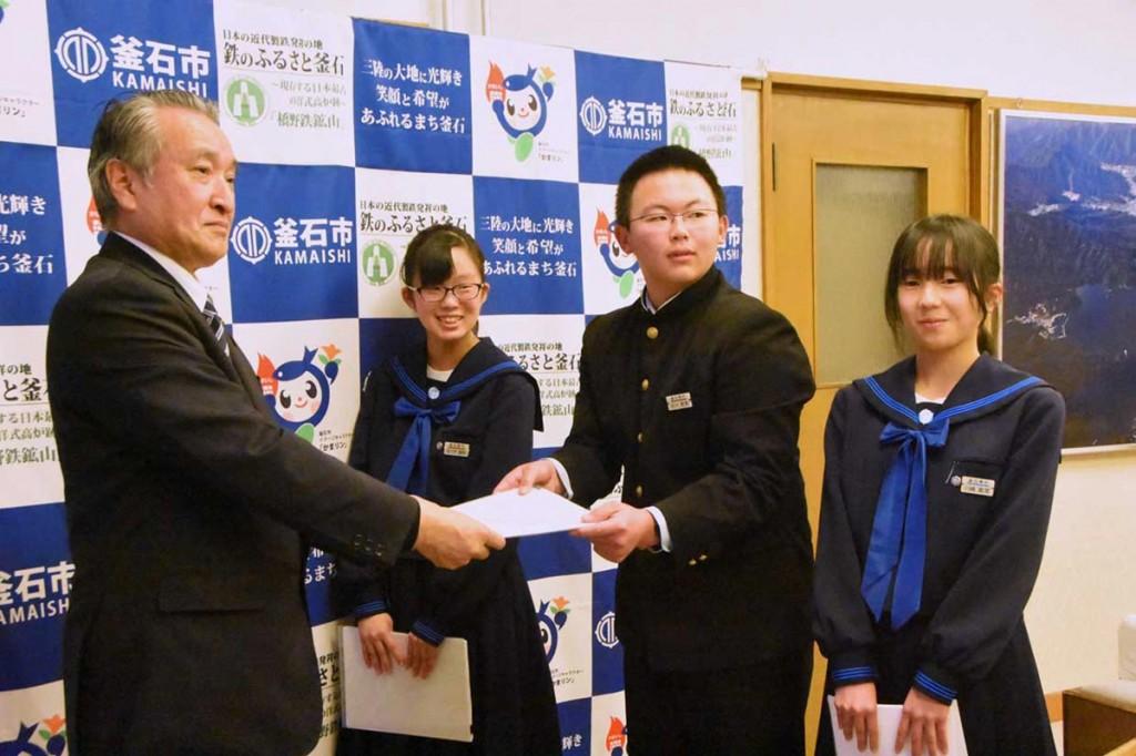 鵜住居駅愛称応募を報告する川崎さん、古川君、佐々木さん(右から)