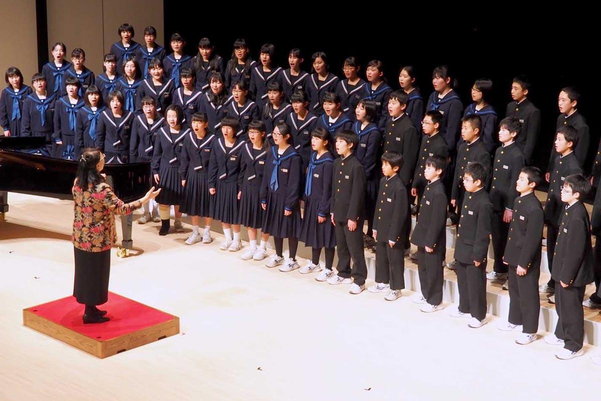 心を合わせ、高らかに歌声を響かせた釜石東中と加木屋中の生徒