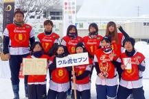 初出場で優勝した釜石の「ウル虎セブン」(左端は佐久間監督)