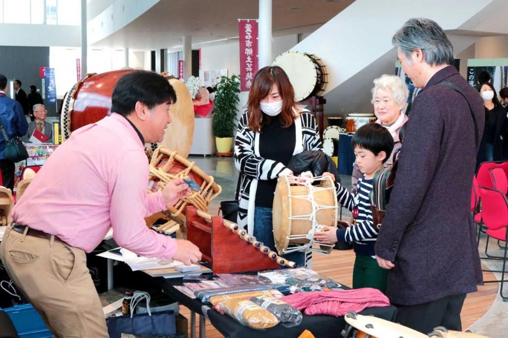 出展業者からさまざまなアドバイスを受ける来場者。一般の人が祭礼で使う道具を知る機会にもなった