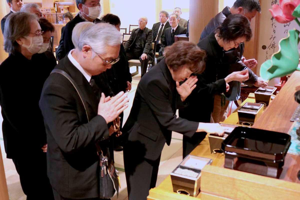 仲町内会の津波犠牲者を思い、鎮魂の祈りをささげる町内会員ら