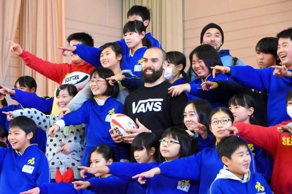 6年半ぶりに釜石を訪れ、小佐野小児童らと交流したスコット・ファーディーさん(中央)