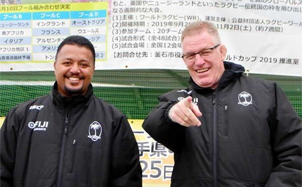 釜石で試合をするチームの中で初めてスタジアムを視察したフィジー代表のジョン・マッキーHC(右)