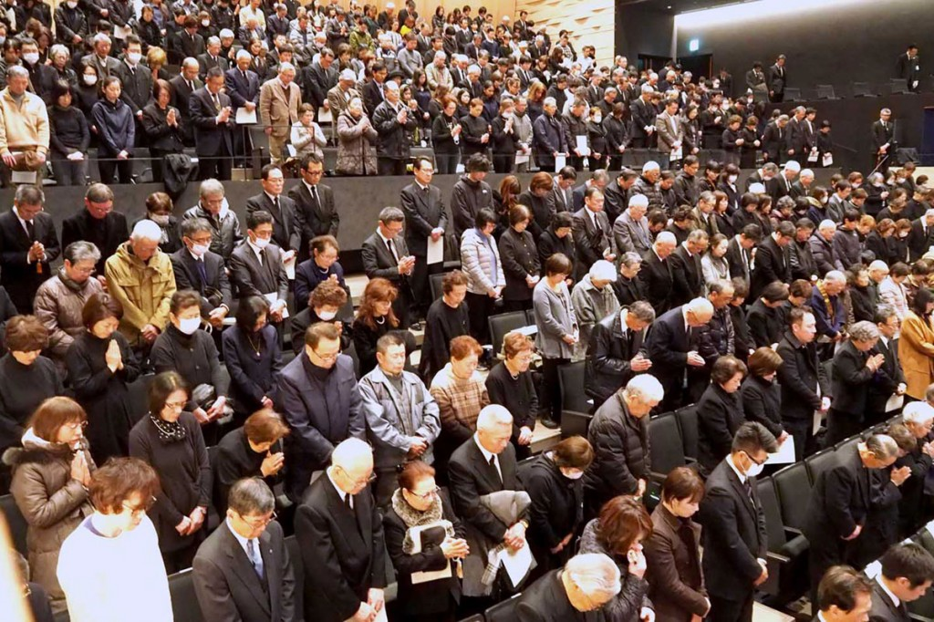 初めて釜石市民ホールで行われた追悼式。震災発生時刻に合わせて黙とうする参列者=11日午後2時46分
