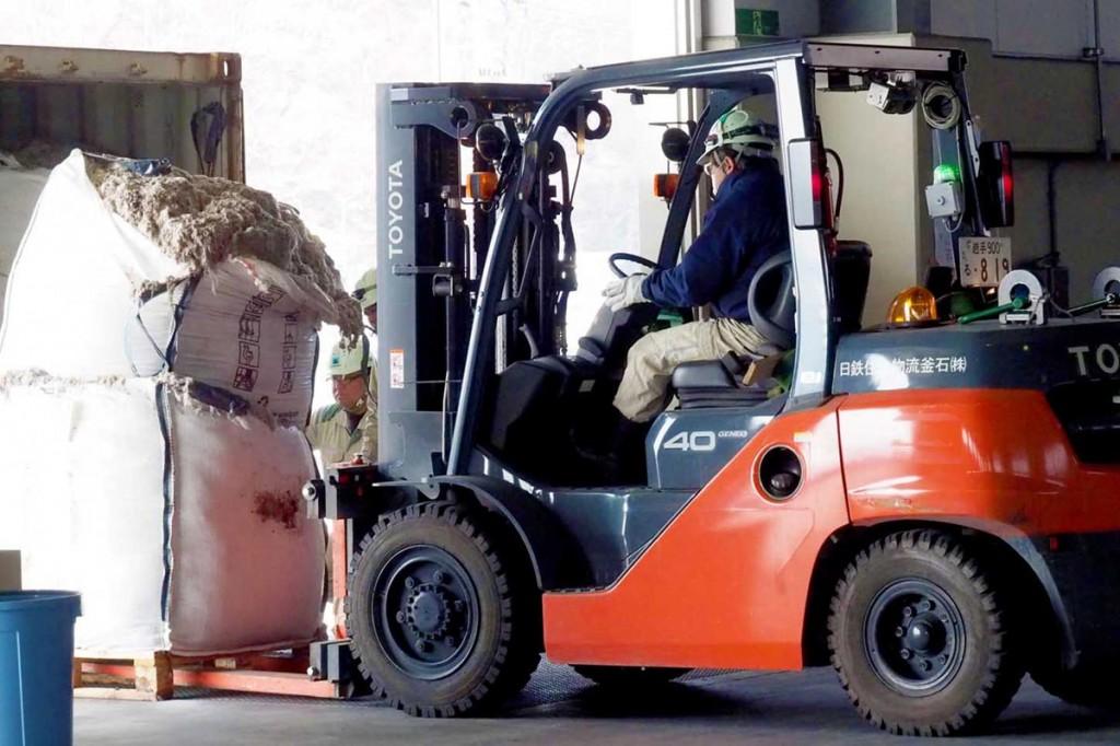 芝の補強材移送作業