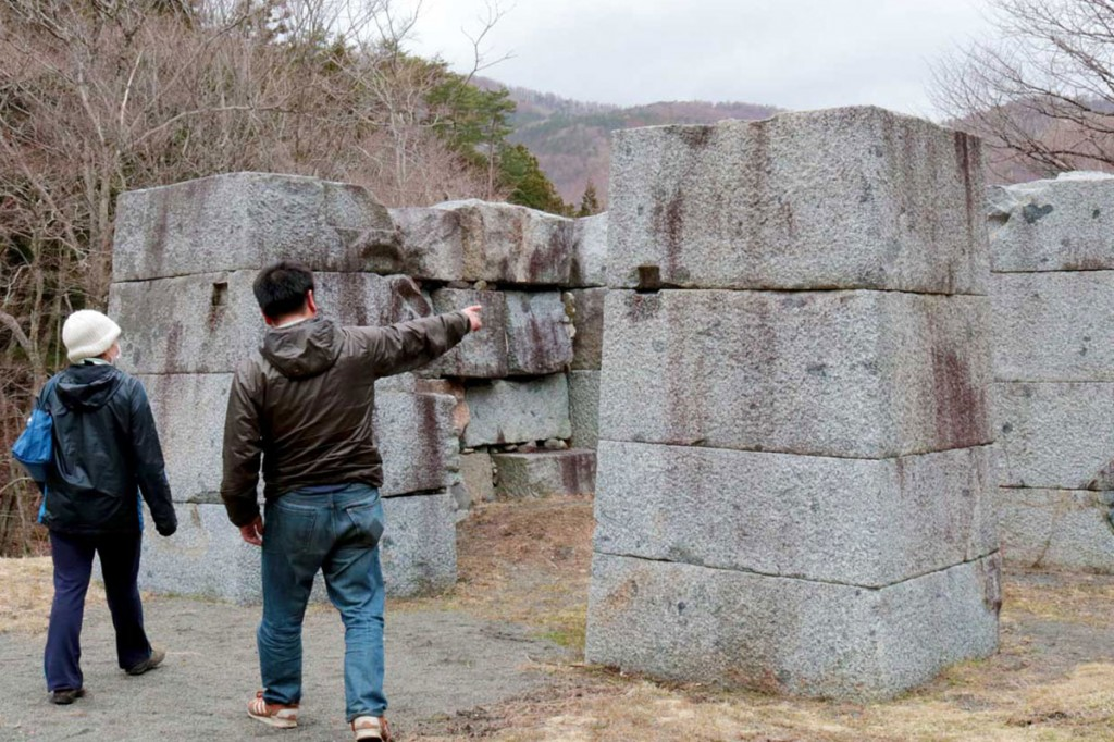 インフォメーションセンターが開館し、見学者が訪れている世界遺産「橋野鉄鉱山」高炉場跡