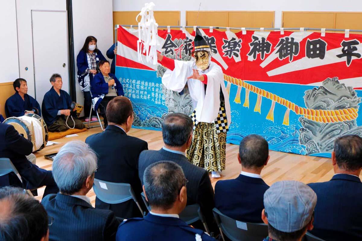 伝統の舞で平田集会所の完成を祝う「平田神楽」(