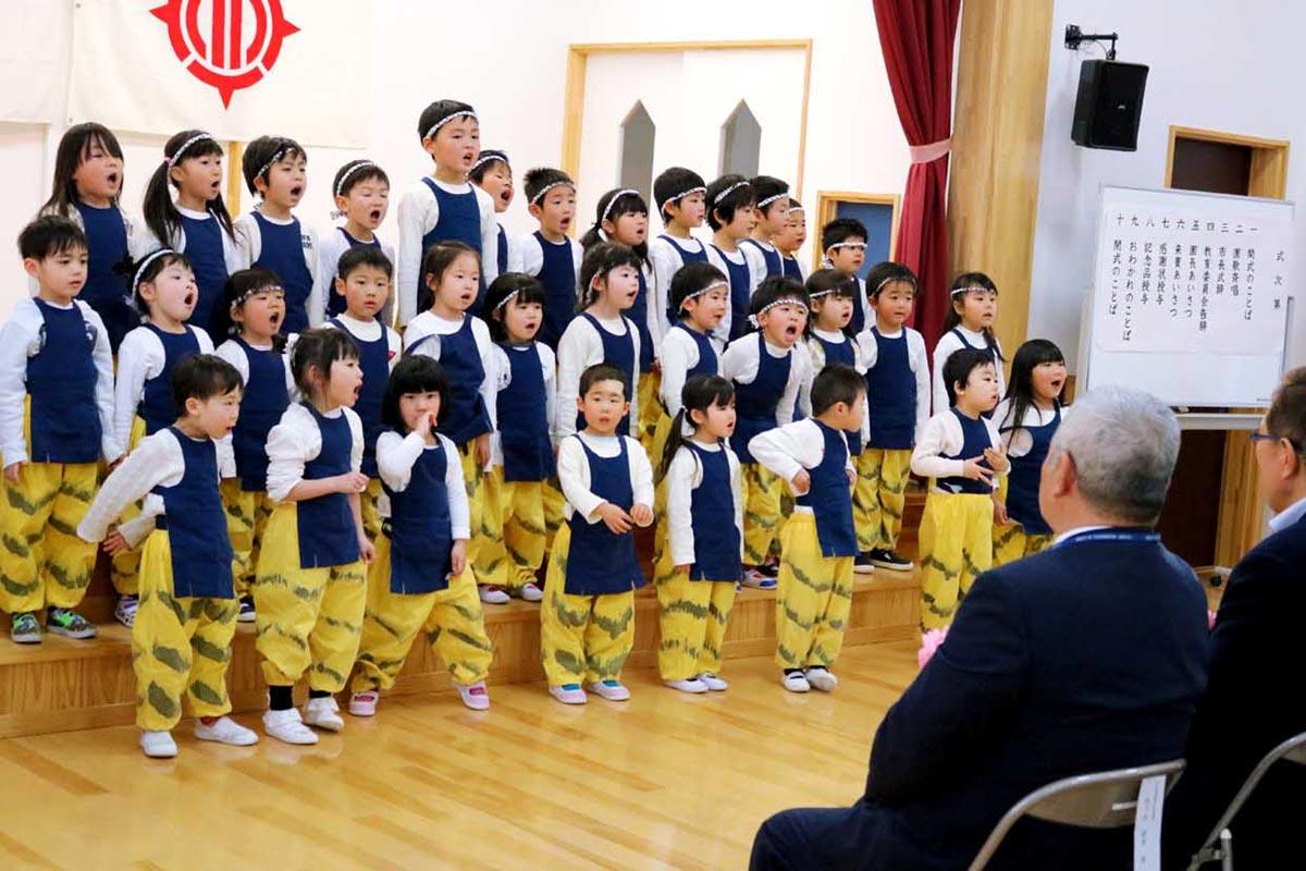 園児の元気な呼び掛けと歌で愛着ある幼稚園に別れを告げた式典(