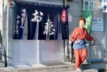 さまざまな思いを胸に最後ののれんを掲げる菊池悠子さん