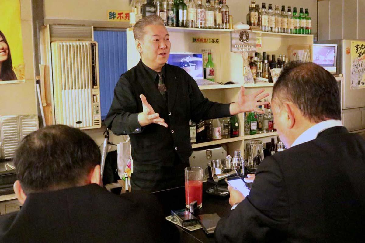 バーを営み、仮設飲食店街のまとめ役として尽力した山崎会長