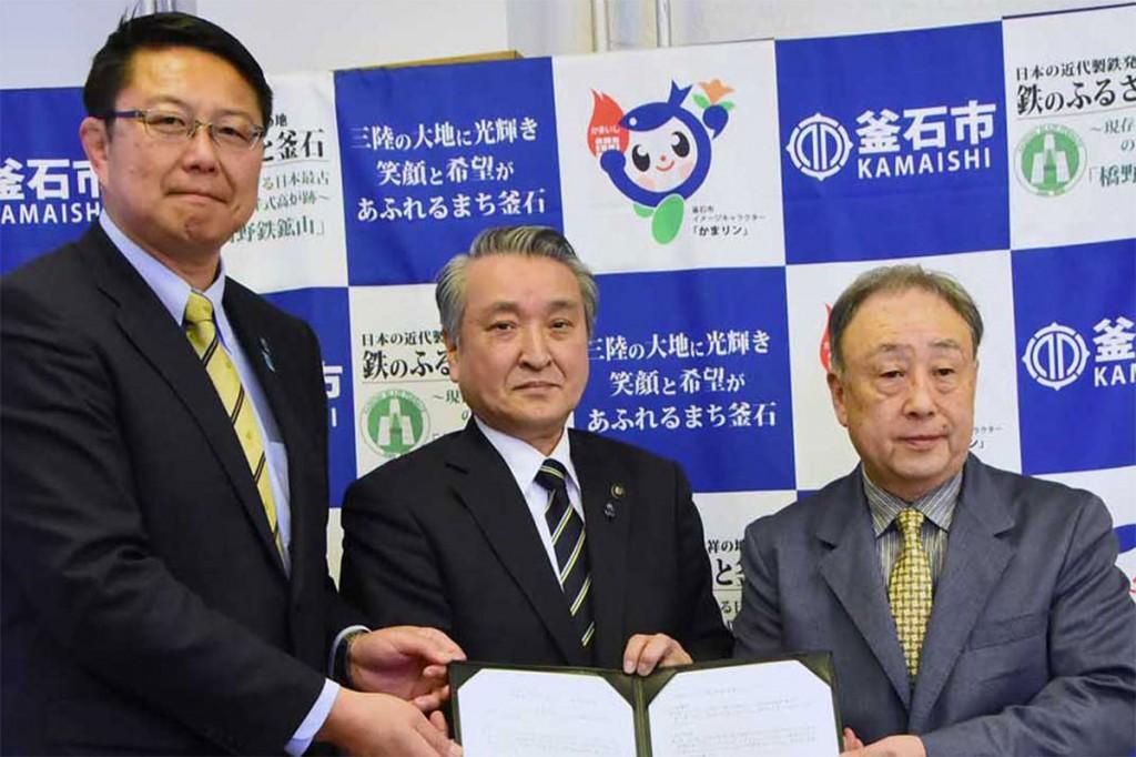 連携協定を結んだ小泉理事長、野田市長、桜庭GM兼監督(右から)