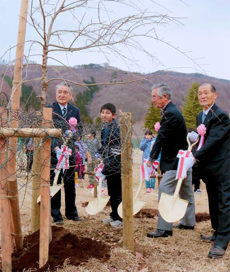 「橋野鉄鉱山」とともに幾千年も受け継がれることを願い、希望の「宇宙滝桜」を植樹