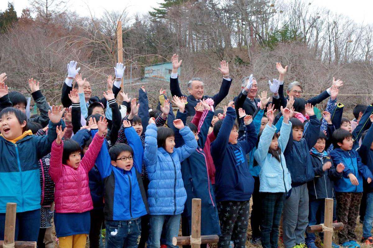 「宇宙滝桜」に夢を託し、万歳三唱で植樹祭を締めくくる参加者