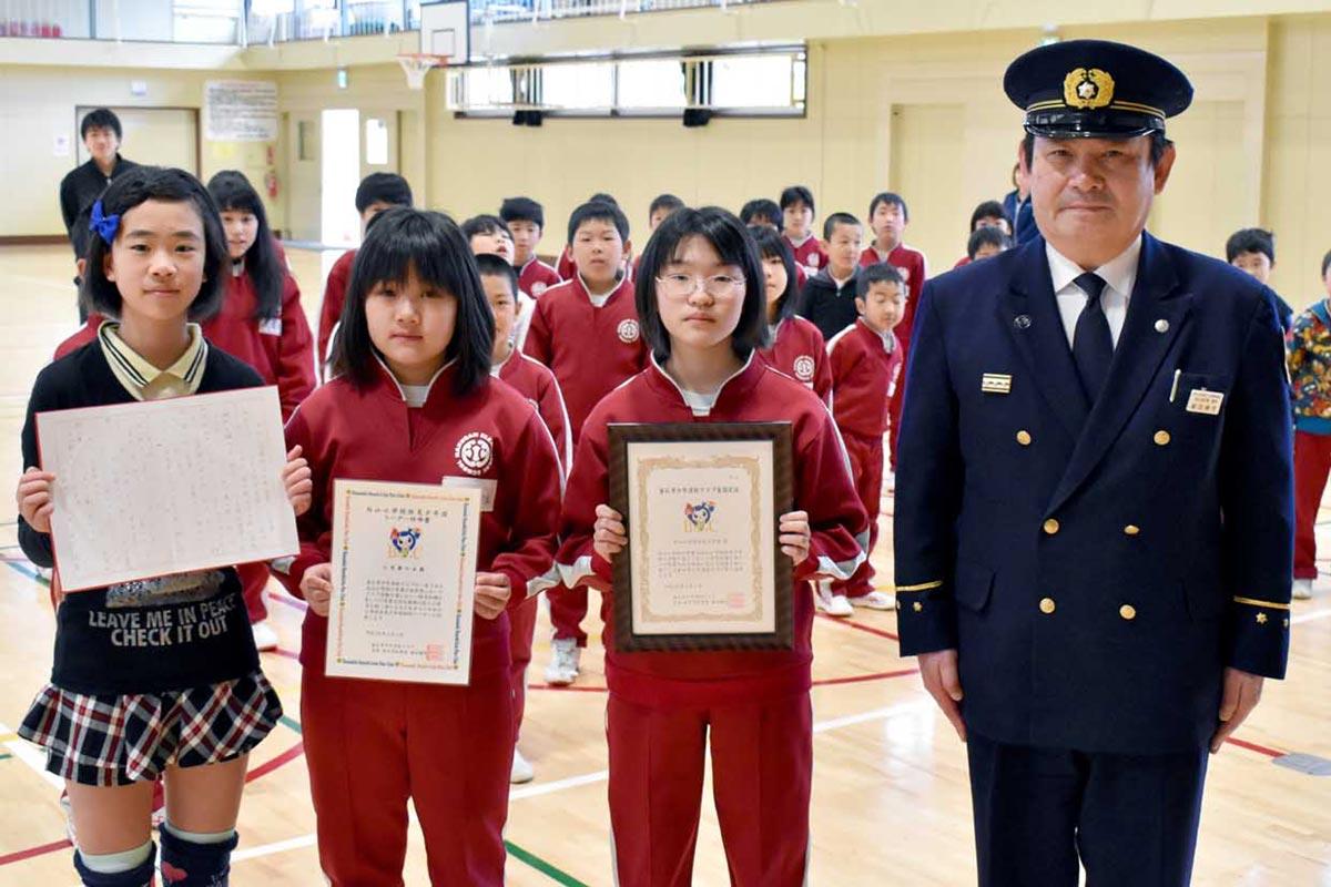 番田会長が新規加入の白山小防災少年団に認定証、リーダーに任命書を交付