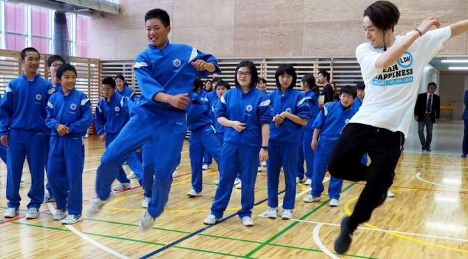 男子生徒と軽やかに跳ね上がるTETSUYAさん(右)