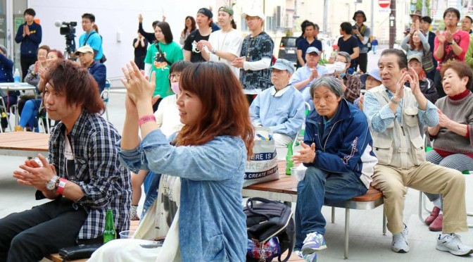 会場には老若男女が集い、熱いライブに盛んな拍手を送った