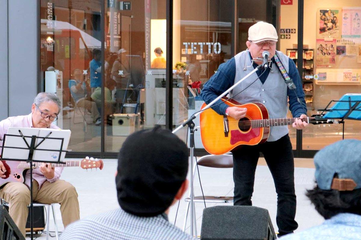 アコースティックサウンドで釜石への思いを歌う長山さん(右)