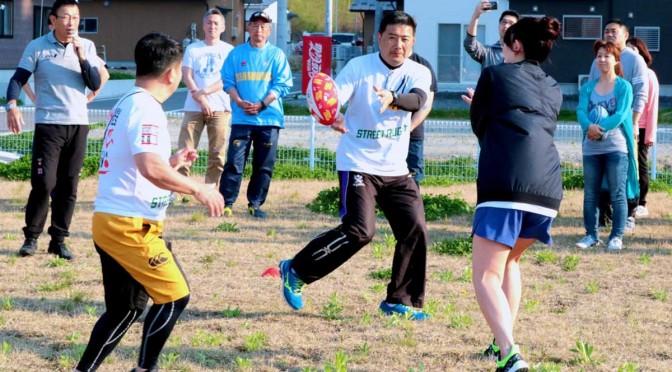 大西一平さん(左)の指導でストリートラグビーのルールなどを実地で教えた初日の講習。受講者も競技の面白さを体験した