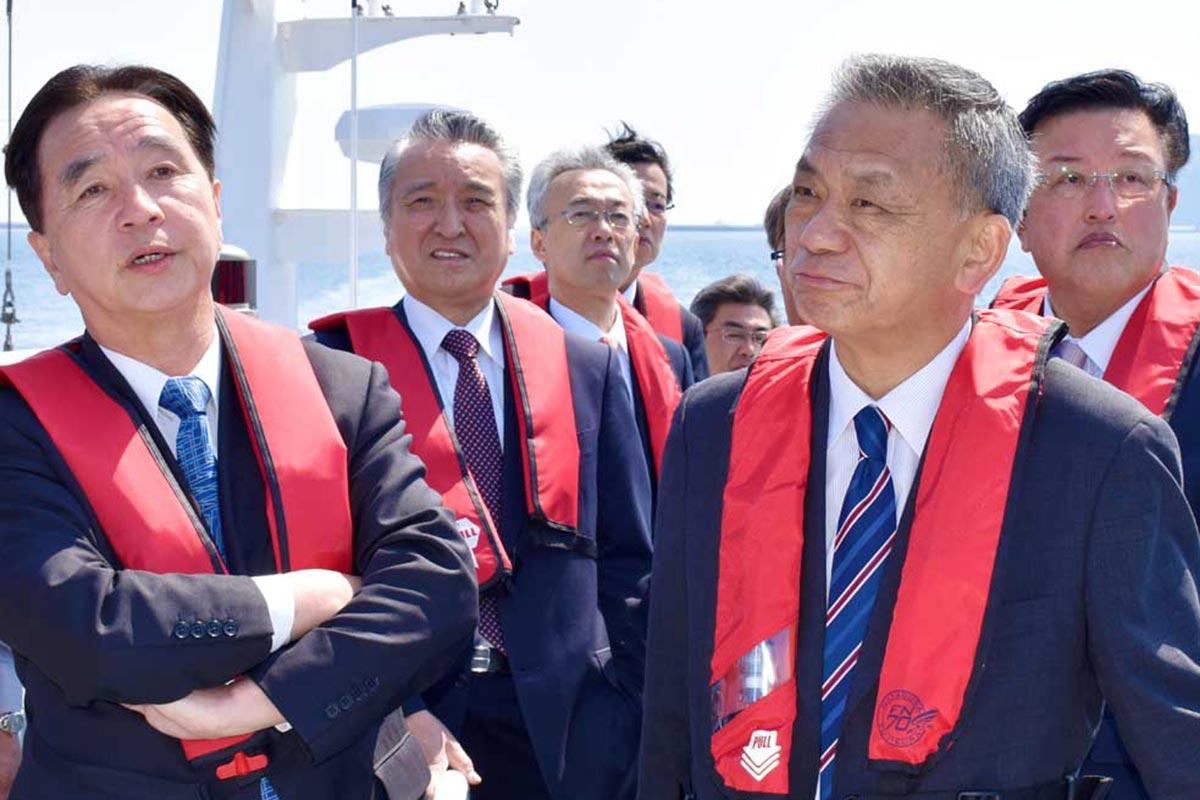 船上から防波堤の威容を視察した来賓、野田市長ら