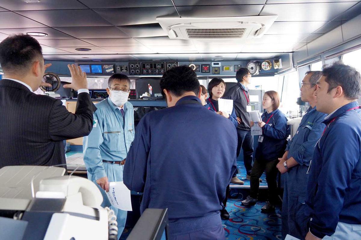 船内を見て回り、ラグビーW杯開催時のイベントでの活用に期待感を高める関係者