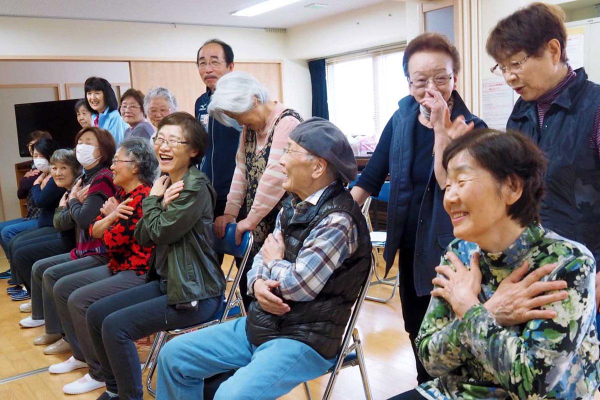 3カ月続けた体操の成果を測定する野田団地町内会の住民ら
