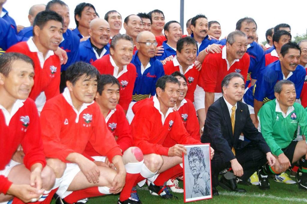 「絆のOB戦」を6年ぶりに再現することになった釜石と神戸のメンバー=2012年9月、東京・秩父宮ラグビー場で