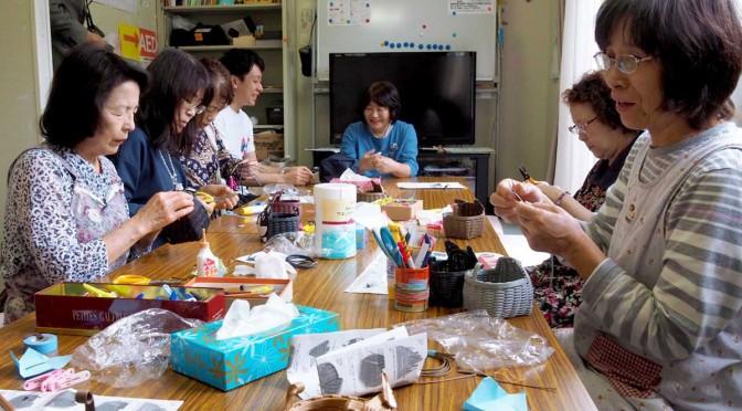 仮設住宅で暮らす人、住まいを再建した元住民が集まって交流を楽しむサロン