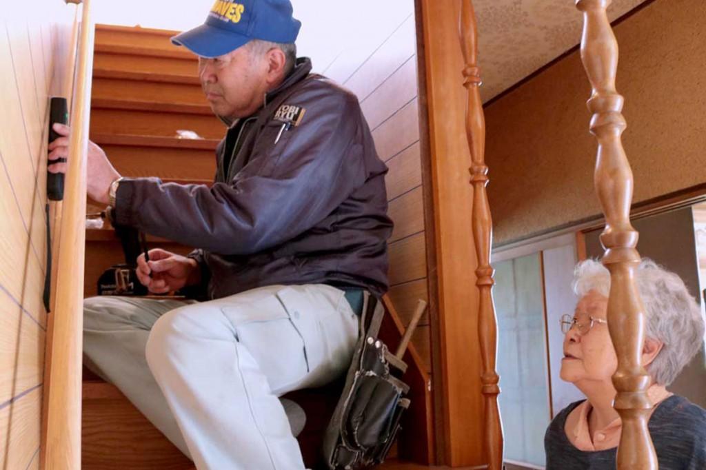早坂三鈴さん宅の階段に手すりを取り付ける三浦祐悦さん
