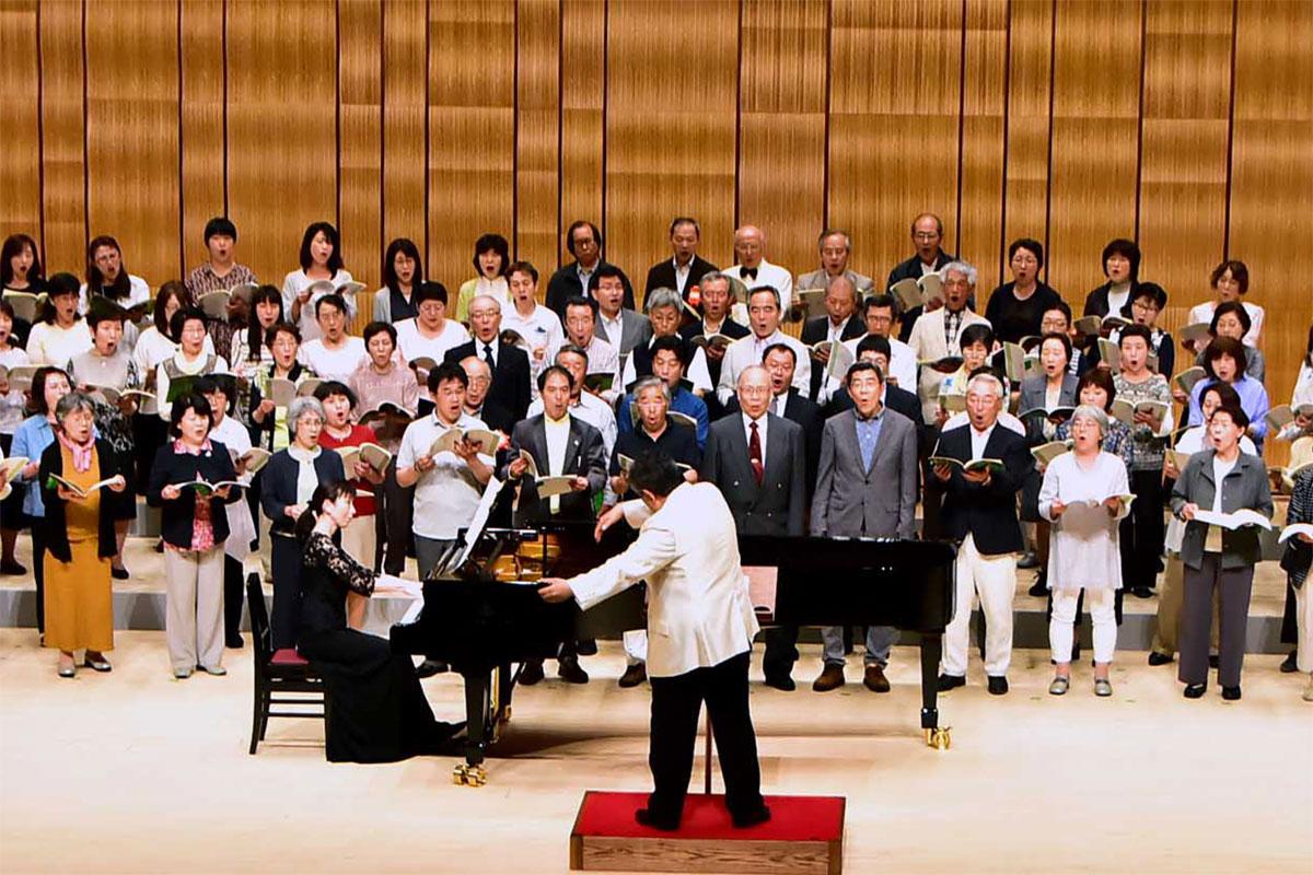 「水のいのち」を演奏する混声部門の合唱講習会参加者