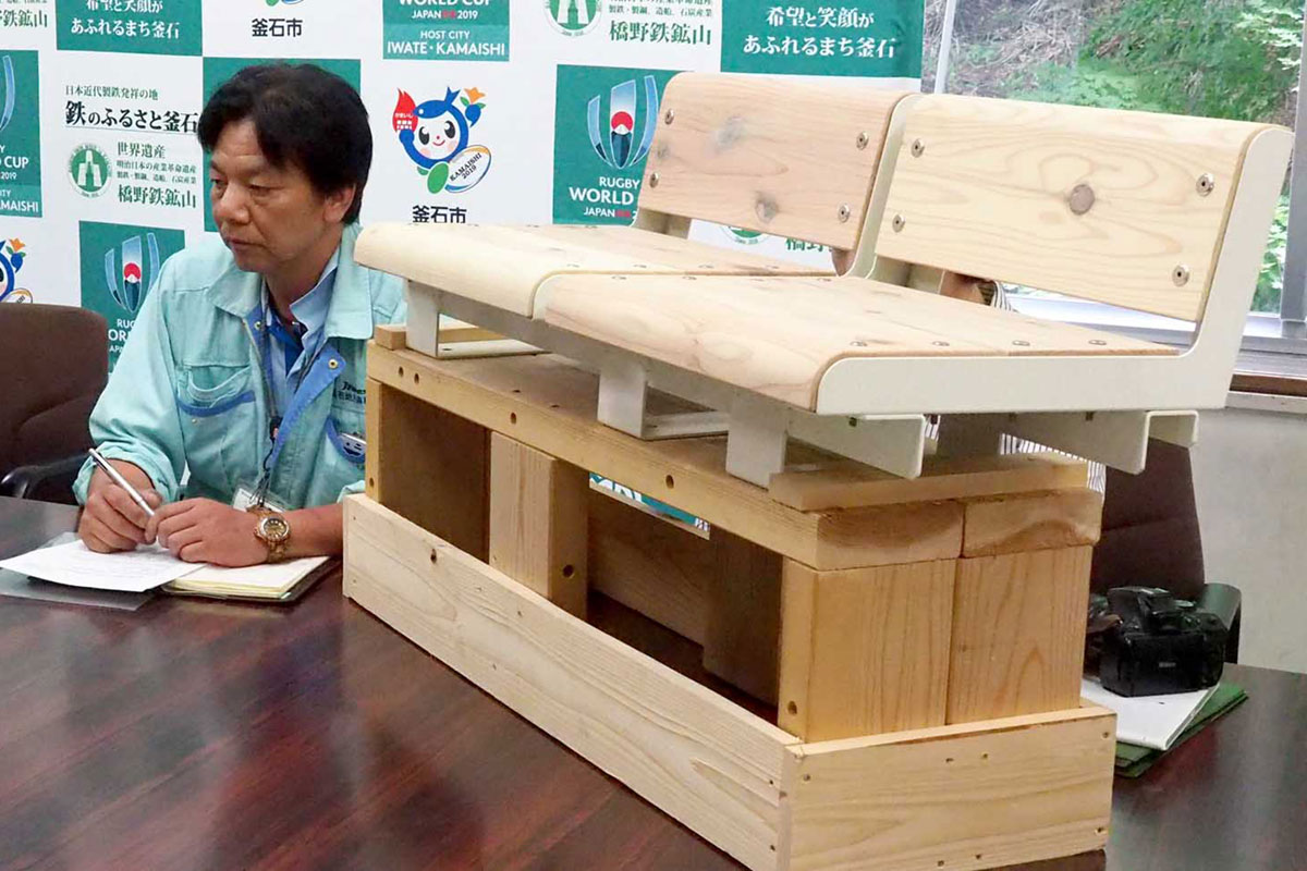 木製座席の製作について説明する釜石地方森林組合の関係者