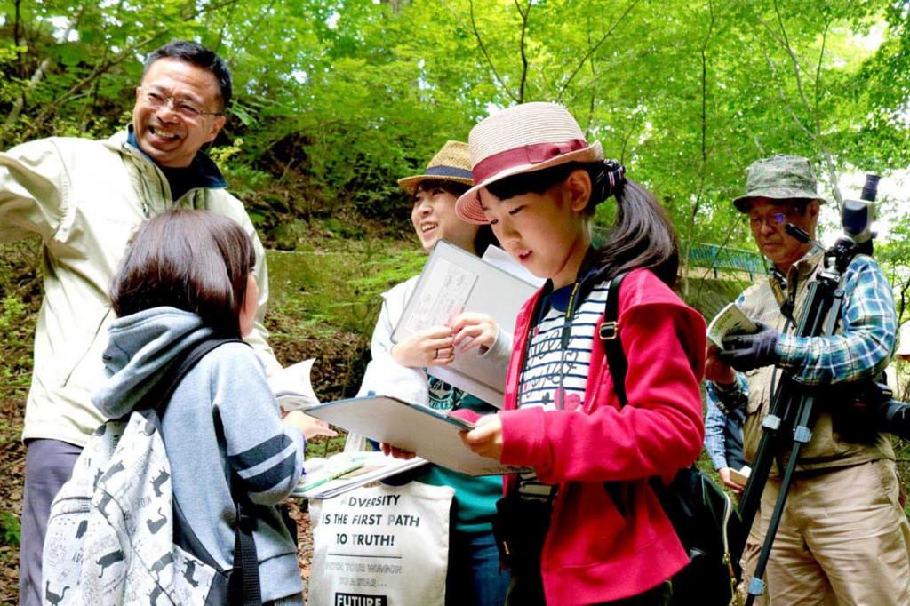 緑生い茂る空間で野鳥観察を楽しむ参加者。自然の中は新鮮な発見もいっぱい=17日、福祉の森