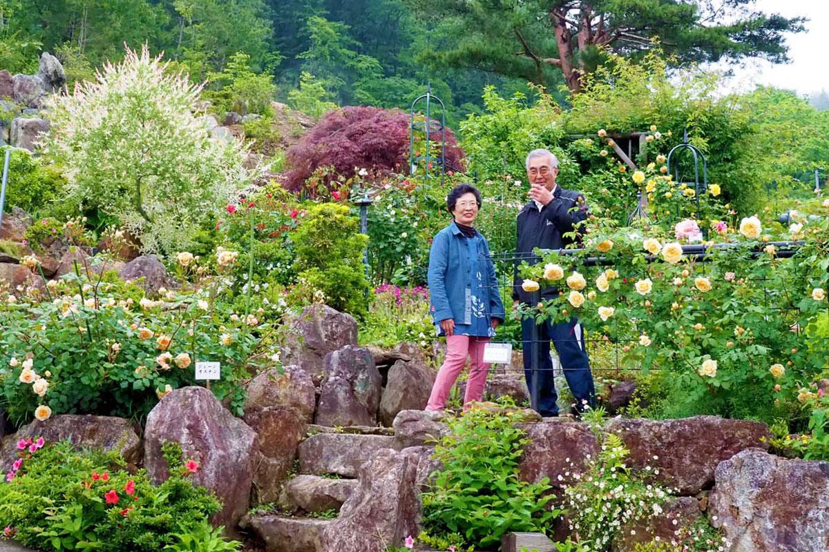 こつこつと手作りした庭を開放している菊池夫妻