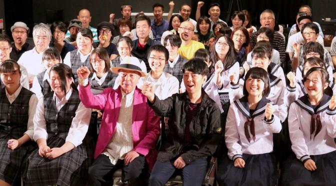 浅葉克己さん(前列中央左)と佐藤可士和さん(同右)を囲んで記念撮影する市民ら