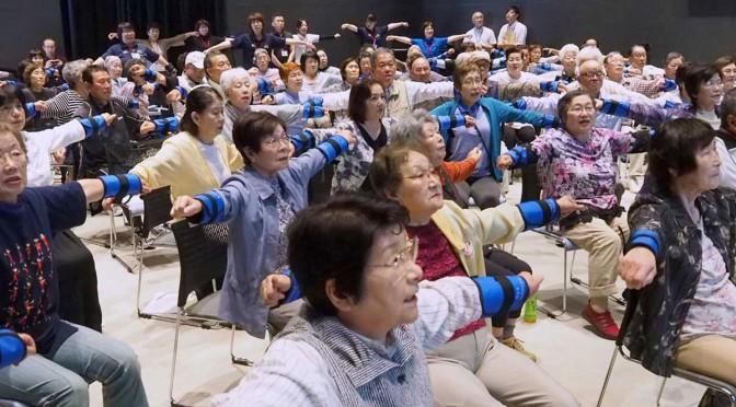 元気なお年寄り90人が、はつらつと100歳体操し健康長寿をアピール